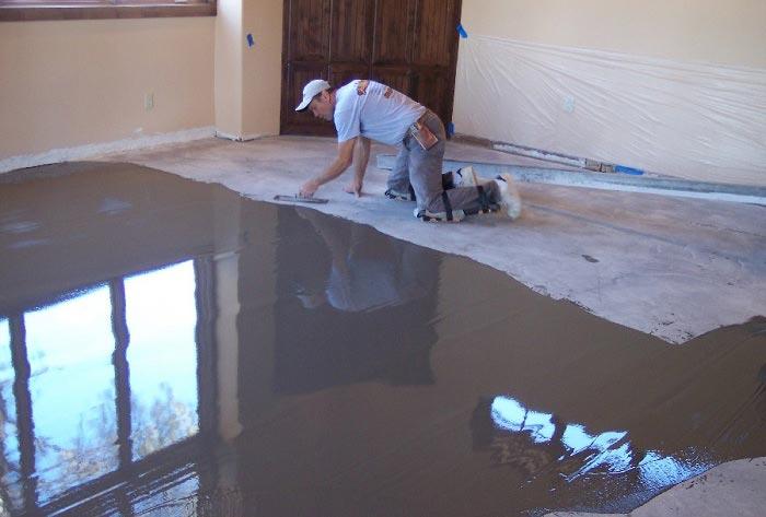 Фото: Процесс заливки наливного пола на деревянное основание