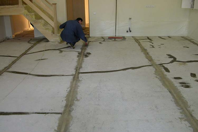Фото: Подготовка поверхности для заливки наливного пола под ламинат