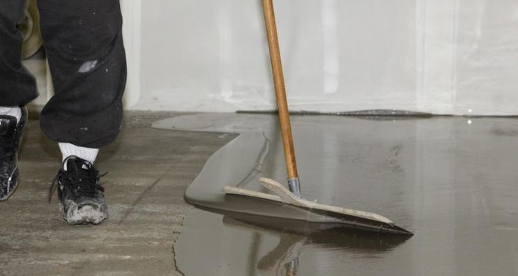 Фото: Заливка наливного пола под ламинат