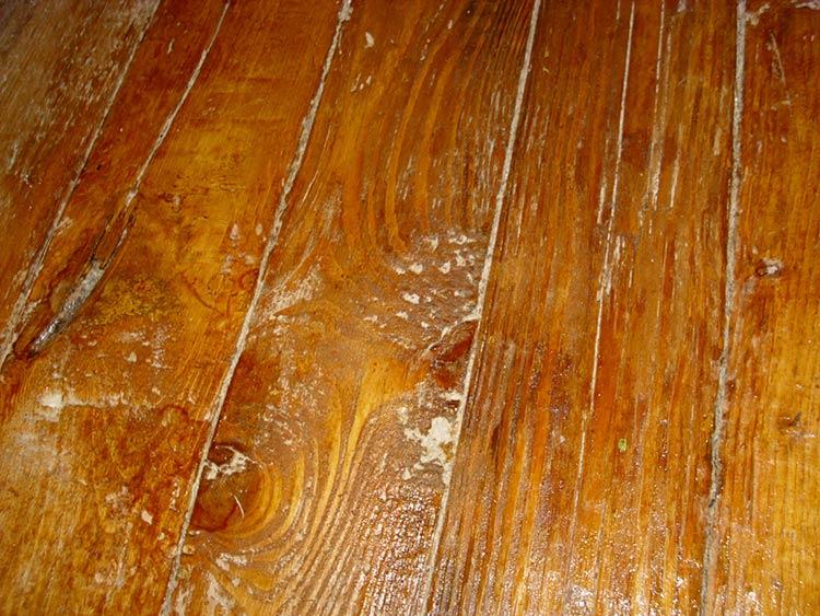 Фото: Деревянный пол с дефектами