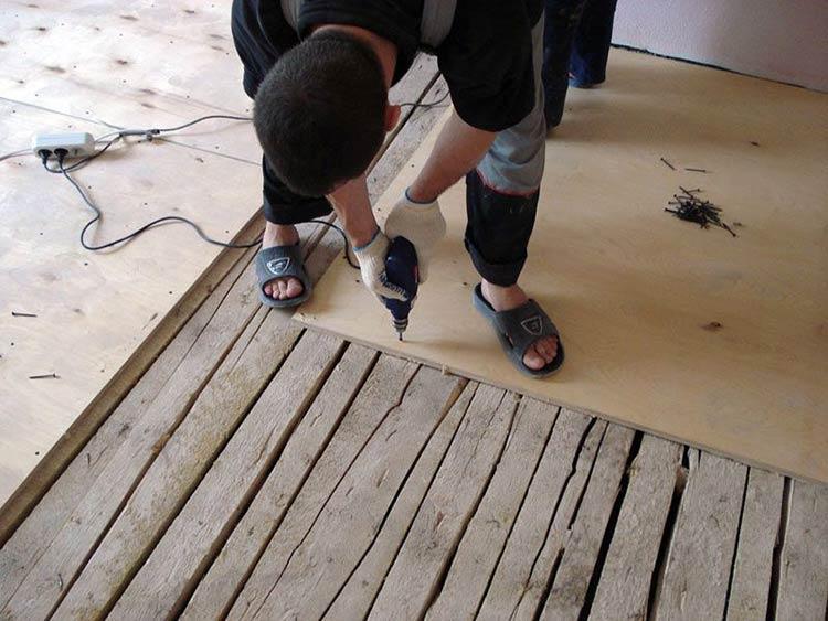 Фото: Выравнивание деревянного пола