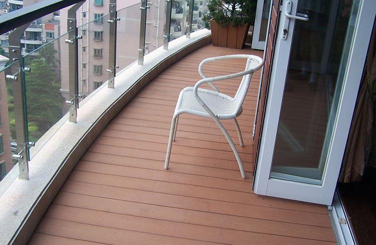 Фото: Декинг покрытие пола на балконе
